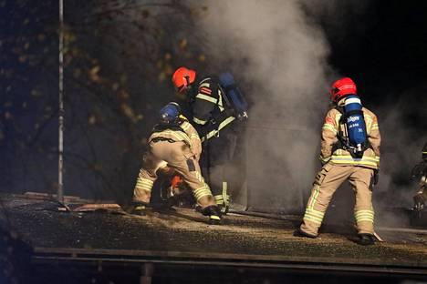 Ensimmäisessä talossa oli kotona pariskunta, joka heräsi tulipalon ääniin.