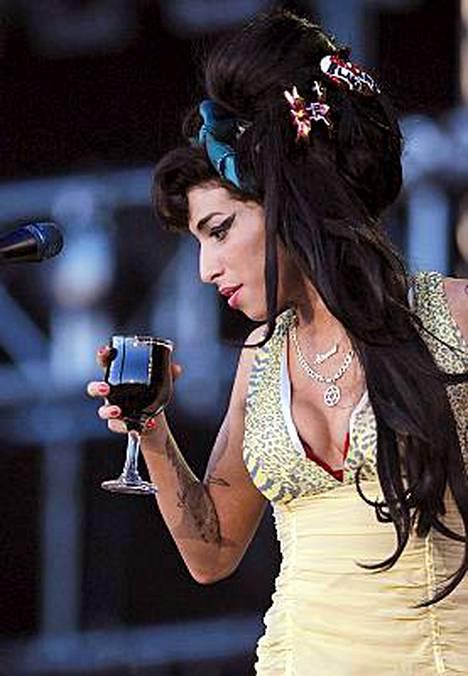 Amy Winehousen päihteidenkäyttö on hengenvaarallista.