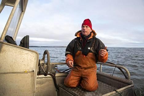 Mikael Lindholm kalastaa työkseen avomerellä Loviisan edustalla. Kuva on joulukuulta 2019.