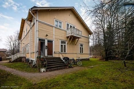 Asunto sijaitsee vanhan puuhuvilan toisessa kerroksessa.