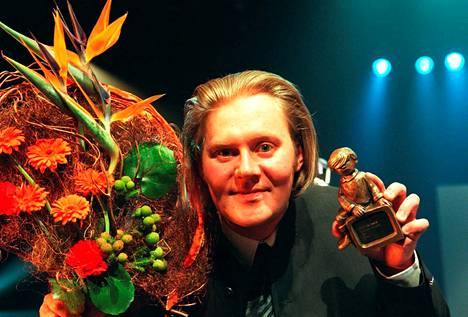 2000 kansansuosio laajeni vuosi vuodelta ja hyllyyn alkoi kertyä Telvis-patsaita. Salovaara voitti parhaan radioäänen palkinnon viisi kertaa peräkkäin 1998-2002 ja alkoi tehdä myös tv-ohjelmia.