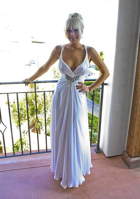 Lindsay Lohanin valkoinen puku varasti huomion häissä.