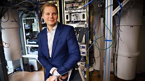Kvanttitutkija Mikko Möttönen laboratoriossa vuonna 2017.