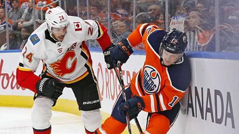 Colby Cave (oik.) sai aivoveren vuodon viime yönä. Kuvassa hän pelaa NHL-ottelua Calgarya vastaan syyskuussa 2019.