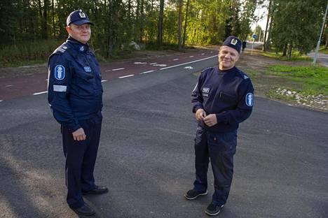 Komisario Pasi Rissanen ja ylikonstaapeli Matti Kiljunen muistuttavat Baanalla liikkuvia tilannenopeuden suhteuttamisesta muun liikenteen mukaan.