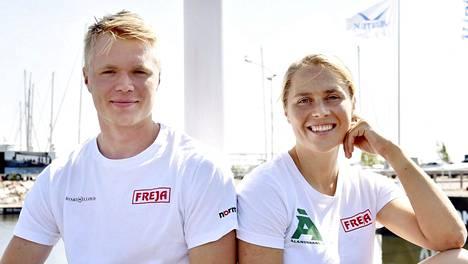 Århusin tuuleton sää piti Kaarle Tapperin (vas.) ja Tuuli Petäjä-Sirénin maissa maanantaina MM-regatassa.