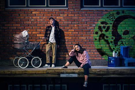 Joonan (Vincent Kinnunen) ja Astan (Elli Melasniemi) tulevaisuudensuunnitelmat menevät kerralla uusiksi.
