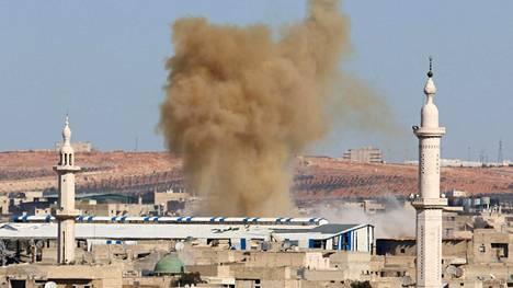 Savu nousi Aleppon kapinallisten hallitsemaan itäosaan tehdyn ilmaiskun jälkeen torstaina 17. marraskuuta.
