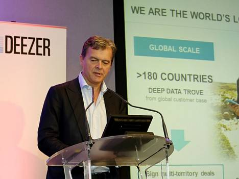 Deezerin toimitusjohtaja Hans-Holger Albrecht puhui syyskuussa yrityksen tarpeesta kerätä lisää varoja pystyäkseen kilpailemaan rahakkaampien Applen ja Spotifyn kanssa.