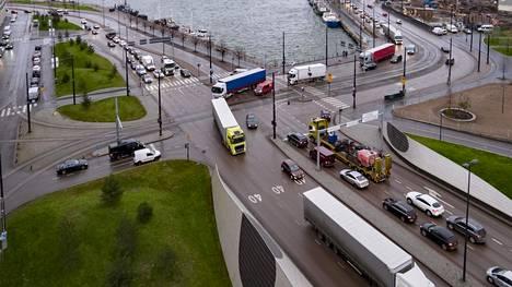 Raskasta liikennettä Helsingissä.