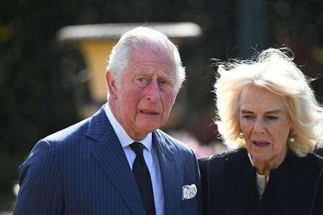 Herttuatar Camilla oli puolisonsa tukena vaikealla hetkellä.