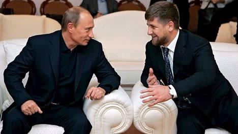 Presidentti Vladimir Putinin sanotaan tukevan Ramzan Kadyrovin johtamaa, ihmisoikeusrikoksista epäiltyä tshetshenian hallitusta lähes miljardilla eurolla vuosittain.