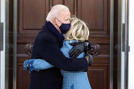 Joe ja Jill Biden halasivat toisiaan Valkoisen talon edessä.