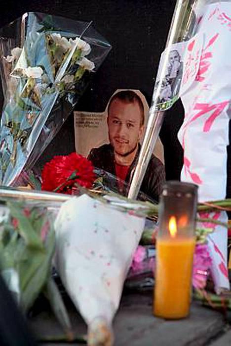 Näyttelijän fanit kuorruttivat Ledgerin asuintalon kukilla ja muistokirjoituksilla.