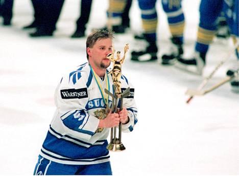 Timo Jutila toimi Suomen ensimmäisen MM-kultaa voittaneen joukkueen kapteenina.