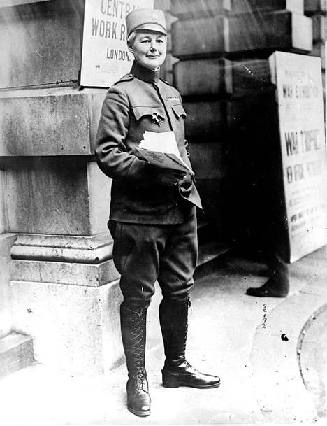 Brittiläinen Flora Sandes liittyi ensimmäisessä maailmansodassa Serbian armeijaan. Hän kertoi rakastaneensa öisiä juoksuhautoja.