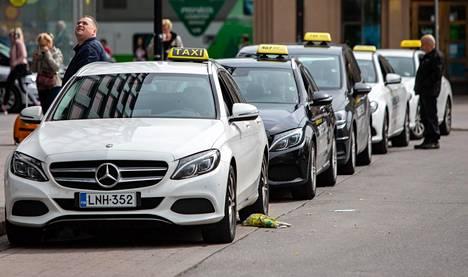 Hallitus on luvannut korjata taksiuudistuksen valuviat. Lisätietoa taksiuudistuksen epäkohtien korjaamisesta on tulossa vuodenvaihteessa.