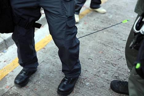 Jalkaan ammuttu poliisi sunnuntaina julkaistussa kuvassa.