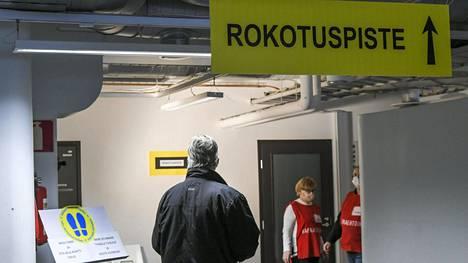 Asiakas odottaa pääsyä rokotukseen koronarokoteasemalla Vantaalla maaliskuussa.