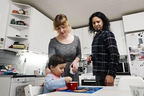 Vanhemmuuden iloja ei pidä unohtaa, muistuttavat Jenni ja Yordi Lara-Ochoa.