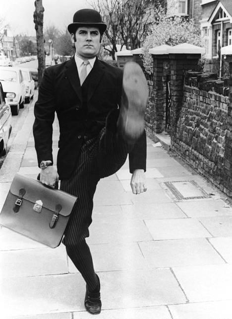 """John Cleesen yksi ikonisimmista Monty Python -sketseistä on """"Hassun kävelyn ministeriö""""."""