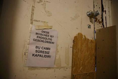 Seinään kiinnitetty lappu kertoi Fussilet 33-järjestön ylläpitämän moskeijan sulkemisesta.