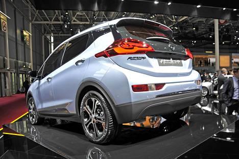Opelin tärkeimpiin uutuuksiin lukeutuu Pariisissa Ampera-e, täyssähköauto ns. tavalliselle kuluttajalle. Ampera-e:n tärkein kilpailuvaltti on kasvanut toimintamatka. NEDC-standardin mukaan Ampera-e:llä voi ajaa jopa yli 500 kilometriä yhdellä latauksella. Kasvaneesta toimintamatkasta huolimatta autolle on kaavailtu noin 31 500 euron hintaa.