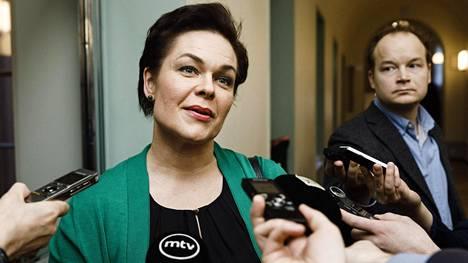 Valiokunnan varapuheenjohtaja Hannakaisa Heikkinen (kesk) median tentattavana ennen sosiaali- ja terveysvaliokunnan ylimääräistä kokousta eduskunnassa maanantaina 25. helmikuuta 2019.