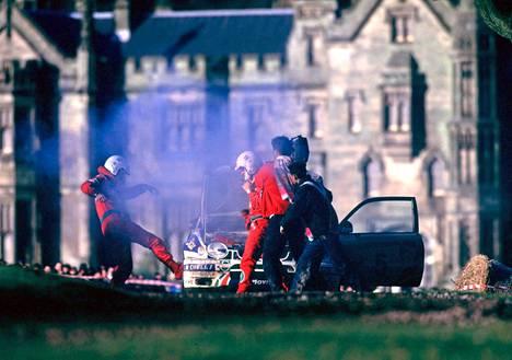 Saamarin auto! Sainzin tuimistunut kartturi potkaisi hajonnutta Toyotaa keskeytyksen jälkeen.