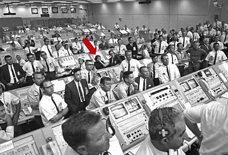 JoAnn Morgan kuuntelevat Yhdysvaltain silloisen varapresidentin Spiro Agnewn onnitteluja onnistuneesta laukaisusta, kun Apollo 11 -avaruusalus oli aloittanut matkansa kohti Kuuta.