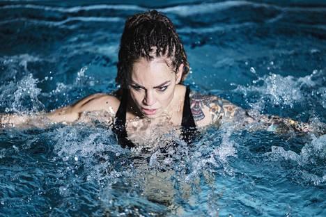 Eva Wahlström harjoittelemassa altaassa huhtikuussa 2018.