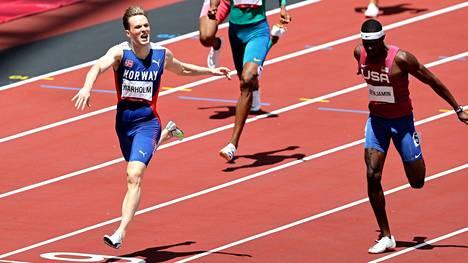 Rai Benjamin (oik.) haastoi Karsten Warholmin 400 metrin aitojen olympiafinaalissa.