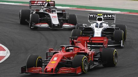 Tämä näky on tullut kauden aikana tutuksi: Ferrarin Sebastian Vettel kisaa Williamsien ja Haasien kanssa, kun tallikaveri Charles Leclerc taas tappelee kärjen tuntumassa.