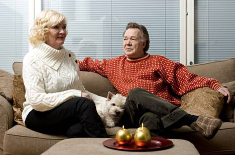 Kari Tapio ja Pia Viheriävaara olivat koiraihmisiä. Pariskunnan välissä makoilee Pyryn edeltäjä Santtu, jota Pyry esitti Olen suomalainen -elokuvassa.