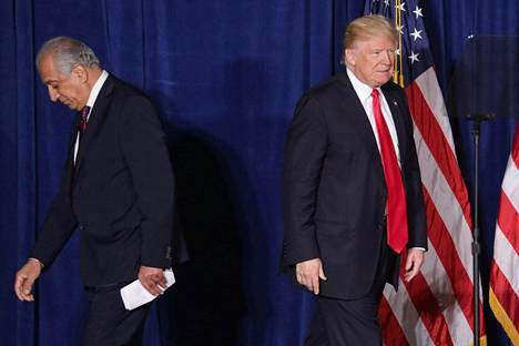 Ex-suurlähettiläs Zalmay Khalilzad esitteli Trumpin ennen puhetta.