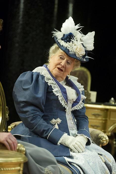 Patricia Routledge esiintyi Ihanneaviomies-näytelmässä Chichesterissä vipmma 2014.