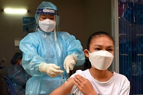 Nuori saa Sinovacin rokotteen Phnom Penhissä, Kambodzassa.