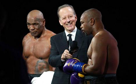 Mike Tyson (vas.) ja Roy Jones Jr. vakuuttelivat ottelun jälkeisessä haastattelussa tyytyvänsä tasapelituomioon.