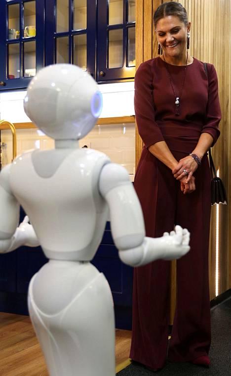 Prinsessa pääsi Sarajevossa tutustumaan muun muassa Pepper-robottiin.