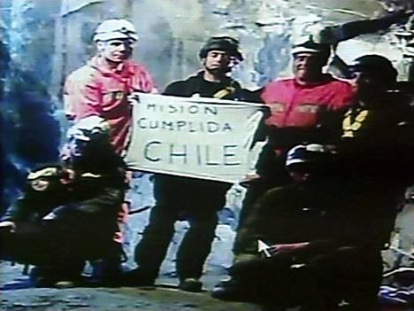 """Kun viimeinen kaivosmies oli saatu nostettua ylös, pelastajat näyttivät kameralle kylttiä, jossa luki: """"Tehtävä suoritettu Chile."""""""