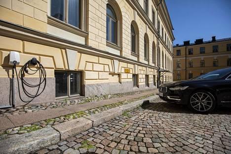 Yksi Volvo S90 on hybridi, joka kulkee myös sähköllä.