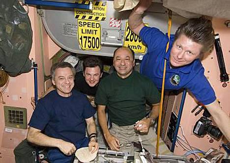 Avaruusmatkailajat lounastunnelmissa