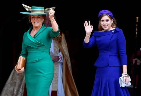 Morsiamen äiti Yorkin herttuatar Sarah ja morsiamen sisko prinsessa Beatrice.