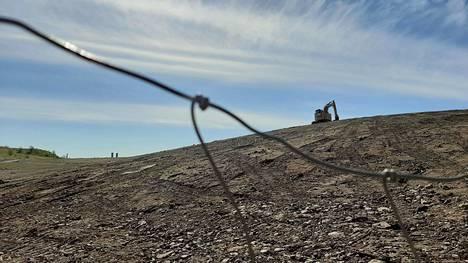 Entistä kaatopaikkaa maisemoidaan Mustavuoren eteläosassa.