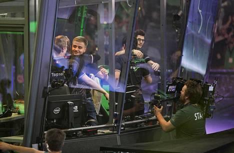 OG:n voitto on varmistunut ja joukkue aloittaa juhlimisen pelikoneiden äärellä.
