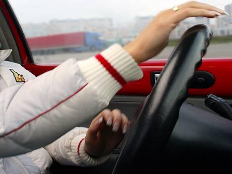 Liikenneministerinkin mukaan ajokortti on monille nuorille liian kallis investointi.