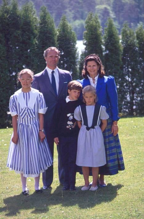 Ruotsin kuninkaallinen perhe vuonna 1990: Kuningas Kaarle Kustaa XVI, kuningatar Silvia, (alarivi) kruununprinsessa Victoria, prinssi Carl Philip ja prinsessa Madeleine.