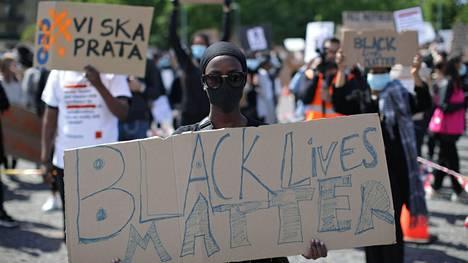 Mielenosoittajia Göteborgissa 7. kesäkuuta 2020.