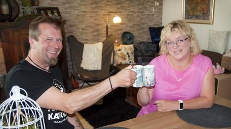 Jari ja Erja kippistelevät nykyisin kahvikupeilla.
