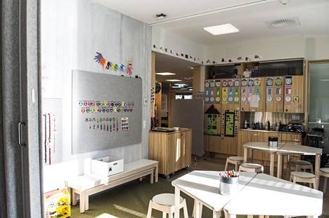 Vaaleilla seinillä ja tasoilla on paljon päiväkodin lasten tuotoksia, kuten piirustuksia ja erilaisia askartelun tuloksia.